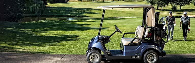 Seitenansicht des Yamaha Drive² AC Golfcarts auf dem Golfplatz